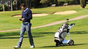 Golfeur et son chariot électrique Stewart Golf
